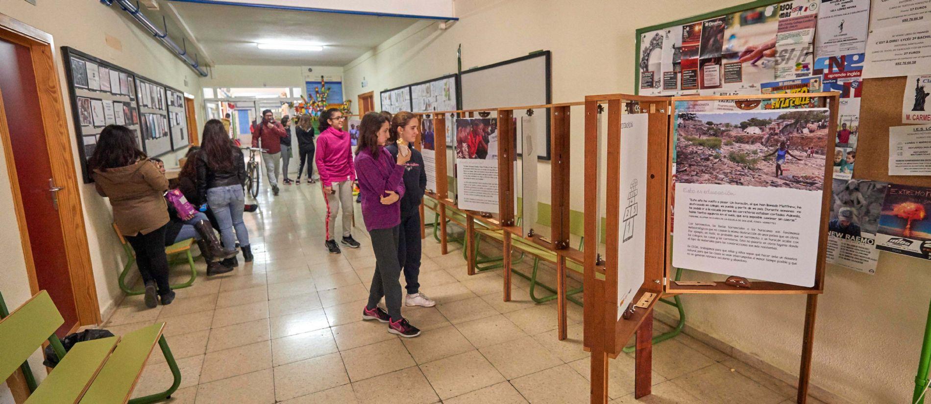 Alumnado visitando la exposición