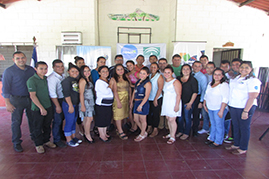 Fotografía de grupo con juventud beneficiaria de Caluco en Sonsonate