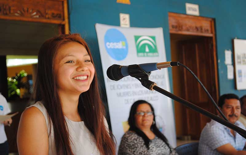 Zulma Beatriz Flores Tespan, Joven empresaria, hablando frente a un micrófono