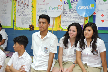 Un grupo de jóvenes en un salón de clases
