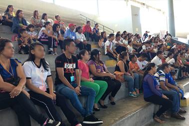 Un grupo de personas en un auditorium