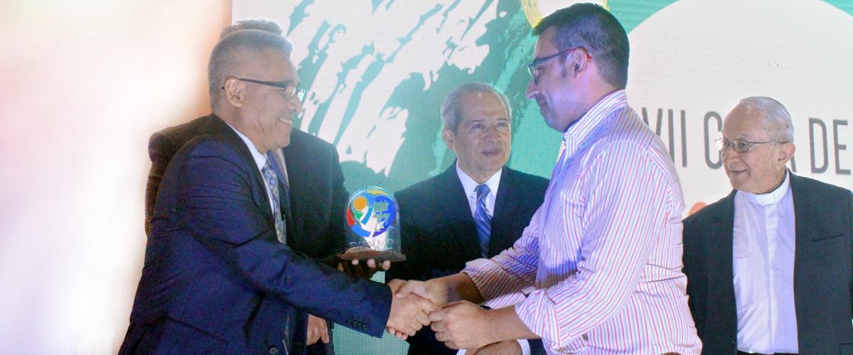 Presidente de FUSALMO y Presidente de CESAL estrechan sus manos enla entrea del reconocimiento