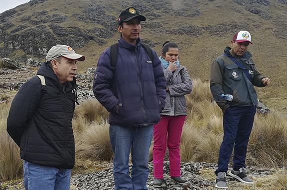 Manuel Ruiz, representante de AECID, en la laguna de Rontococcha.