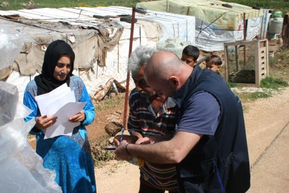 Mujer refugiada recibiendo ayuda en Líbano
