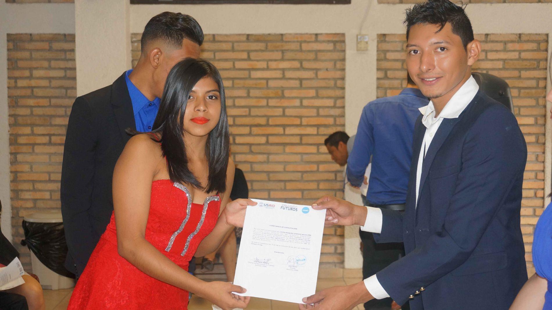 Facilitador Pedro Velasquez de Cesal entrega constancia a joven Nidia Jimenez