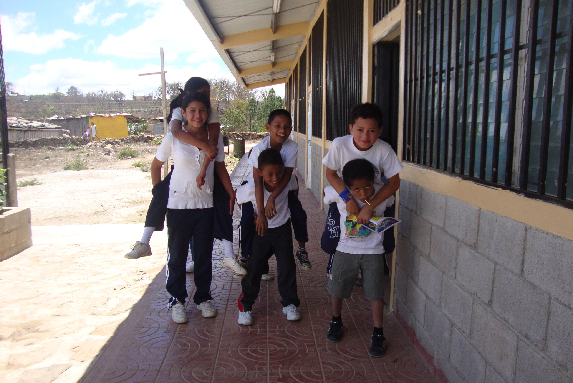 Foto niños Escuela San José jugando afuera del salón