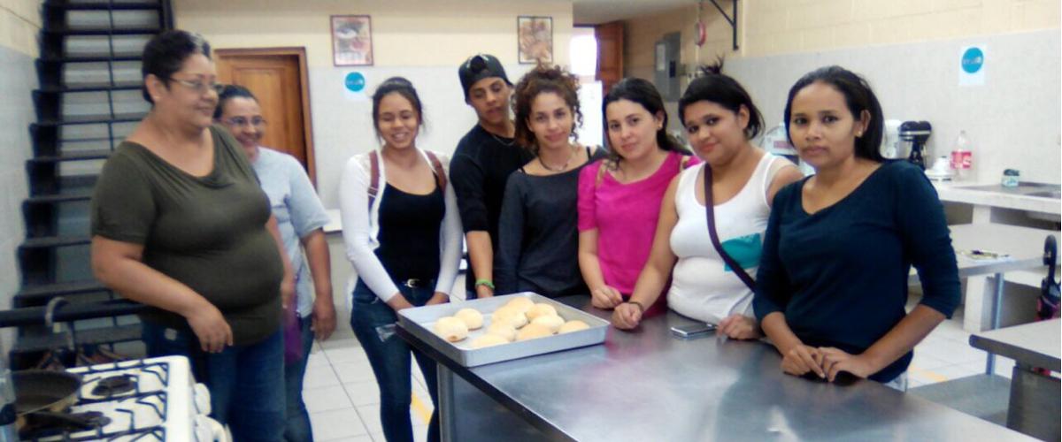 Foto jóvenes en taller panaderia