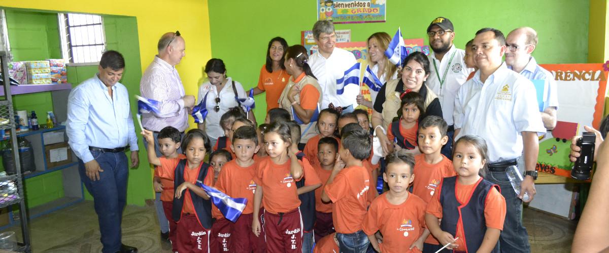 Funcionarios Banco Mundial con niños