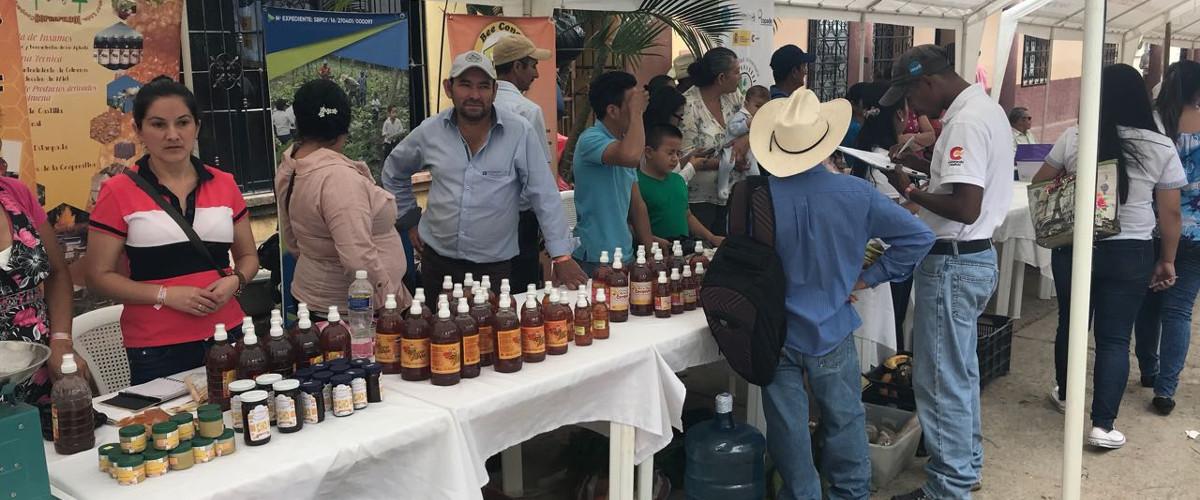 Productores participando en la II feria Honduras