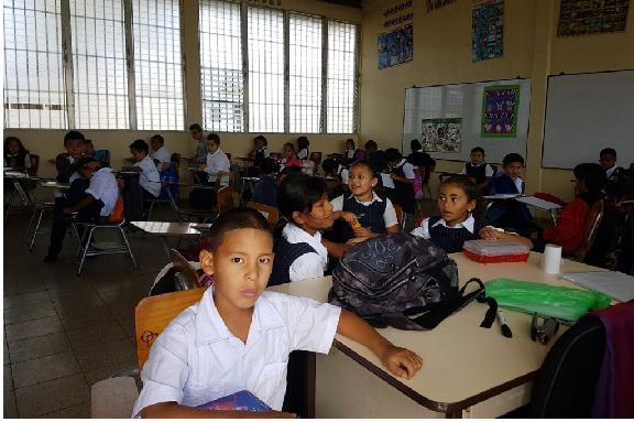 Foto niños Escuela San José tomando clases, Amarateca, Honduras.