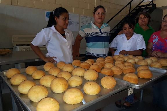 Foto jóvenes mostrando producto taller de panadería