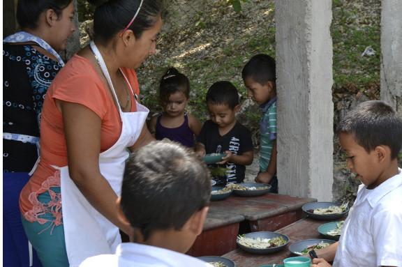 Niños recibiendo merienda