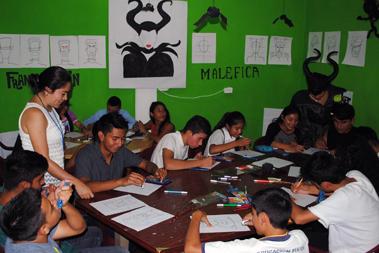 Un grupo de jóvenes dibujando