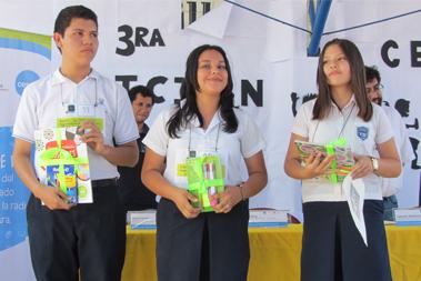 3 jóvenes, 1 hombre y dos mujeres, ganadores del primero, segundo y tercer lugar de la categoría Juvenil