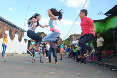 Jóvenes jugando a saltar la cuerda