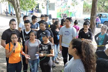 Un grupo de jóvenes reunidos recibiendo instrucciones