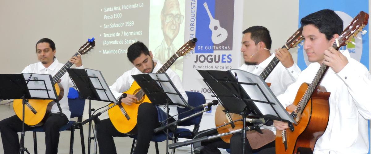 cuatro hombres tocando la guitarra