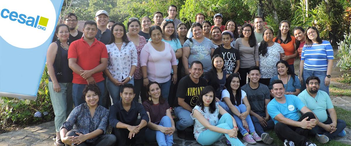 imagen de grupo de 39 personas que confonman el equipo de trabajo de CESAL El Salvador