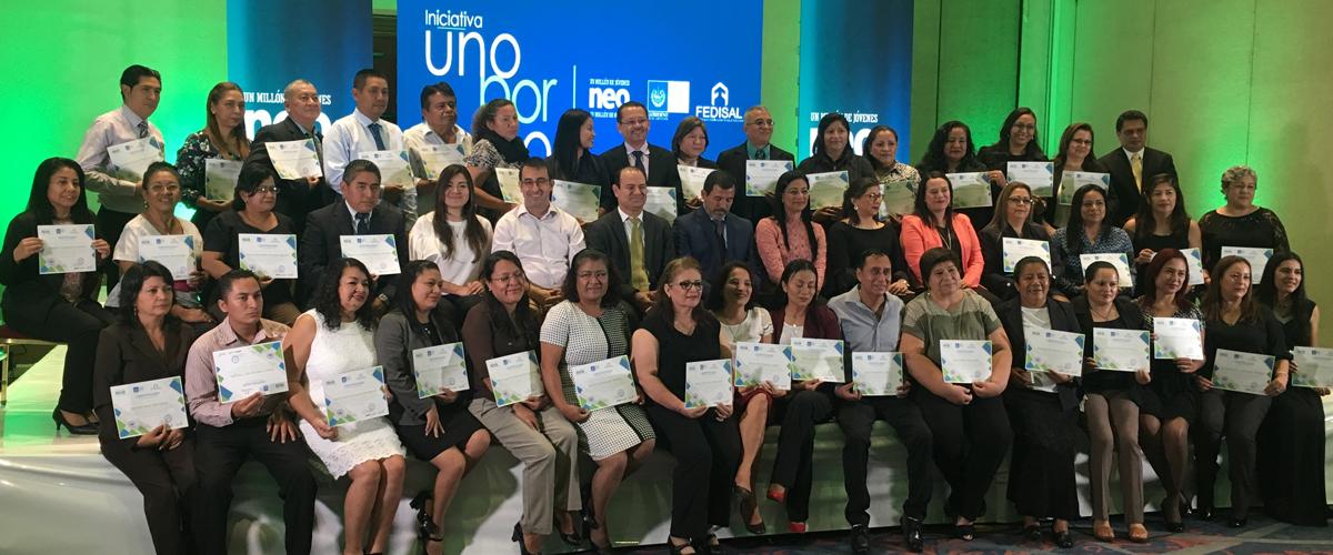 más de 50 personas con sus diplomas de graduación