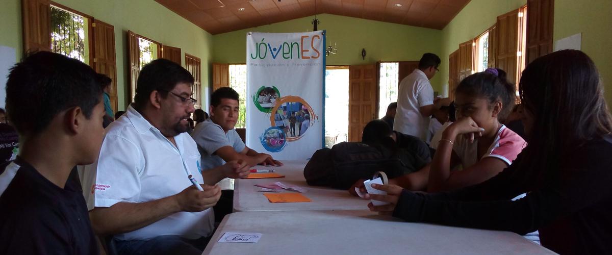 Grupo de jóvenes en una mesa de discusión sobre la política municipal de juventud de Talnique