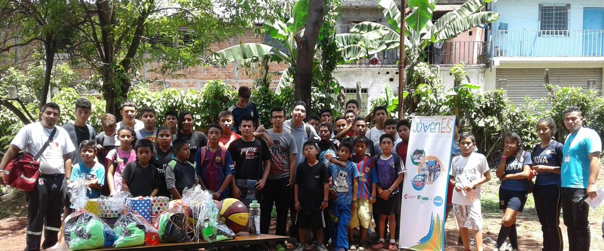 grupo de jóvenes participantes con premios a ganadores en competencias