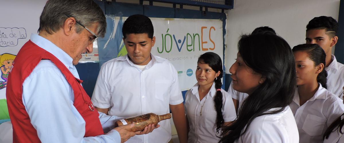 Embajador conversa con un grupo de jóvenes
