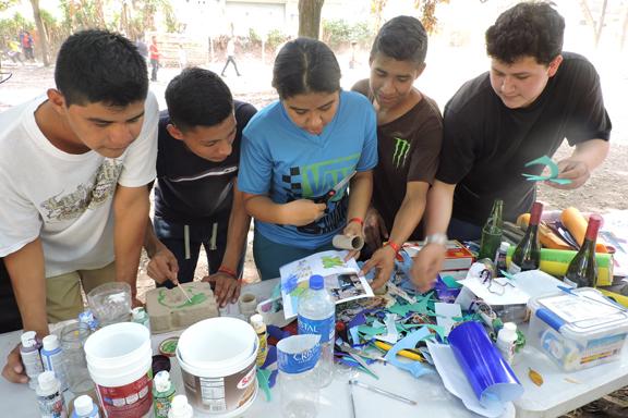 Un grupo de jóvenes trabajando con materiales reciclados