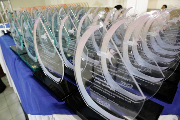 Placas de reconocimiento en una mesa
