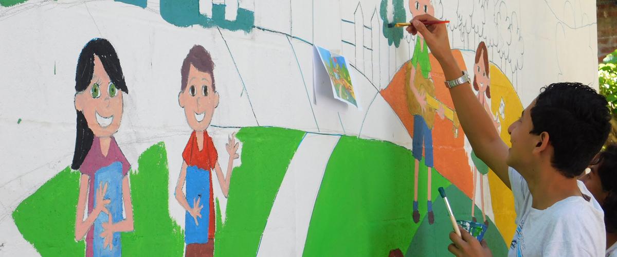 Joven pintando un mural