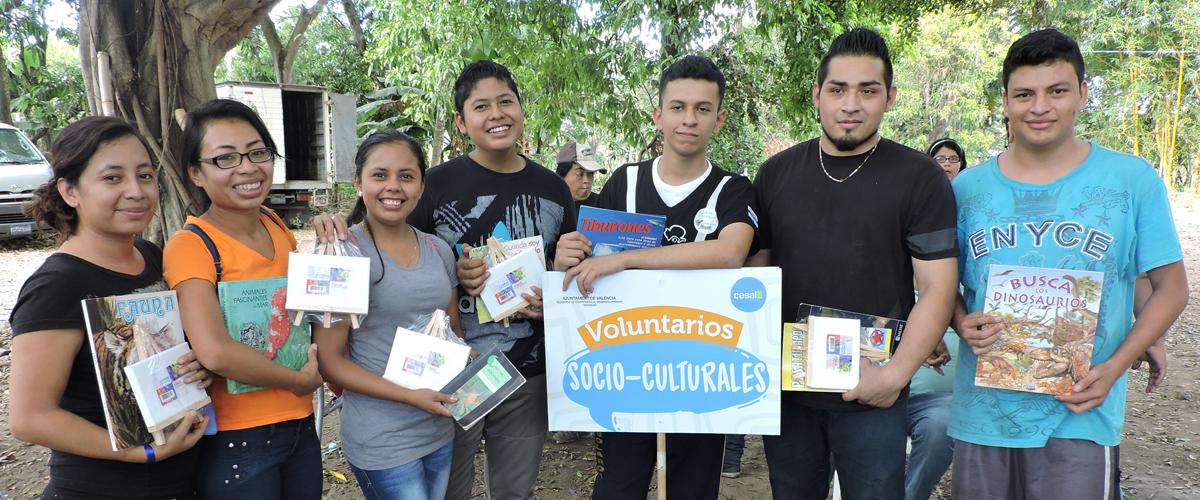 Un grupo de jóvenes muestran libros y útiles escolares recibidos en Rally