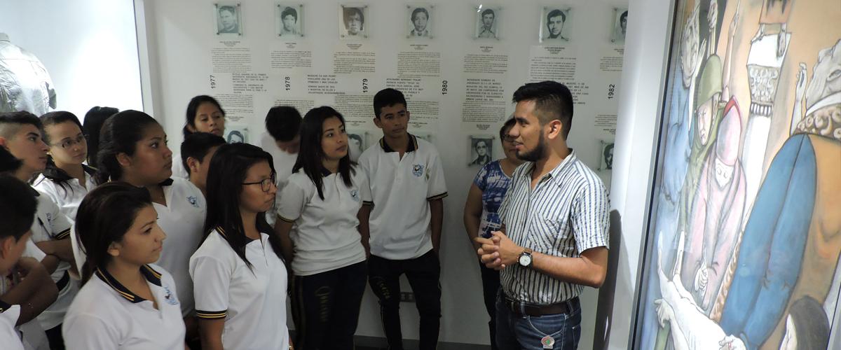 Grupo de jóvenes recibiendo charla sobre Centro Monseñor Romero
