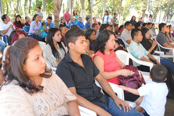 Grupo de jóvenes durante entrega de capital semilla