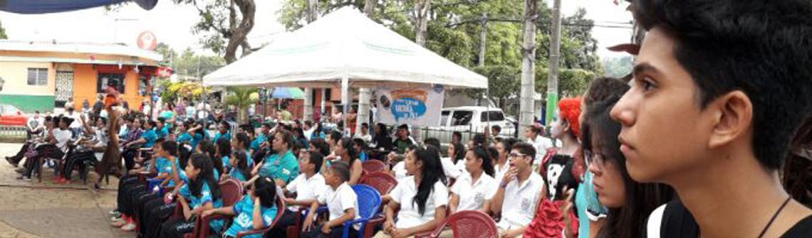 un grupo de jóvenes presenciando el desarrollo del evento