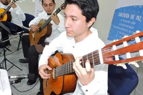 un hombre en primer plano tocando la guitarra