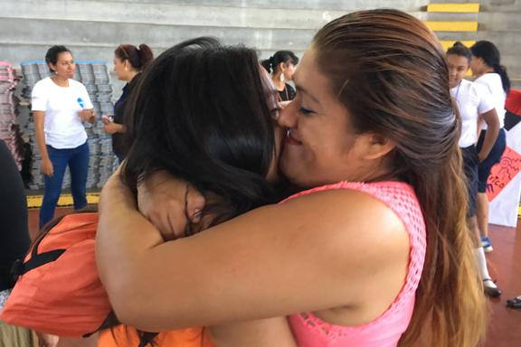 madre abrazándose con su hija adolescente