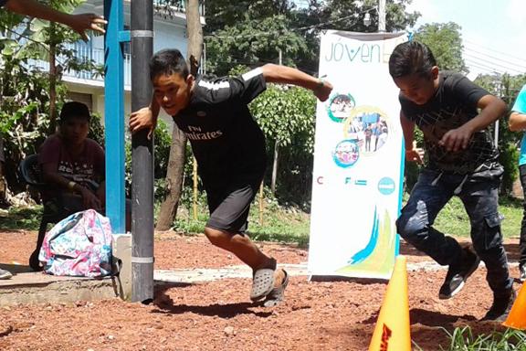 Dos jóvenes compitiendo en carrera