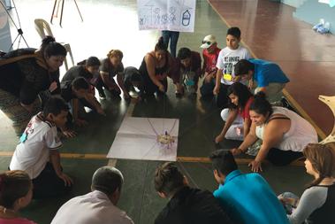 Un grupo de personas en el suelo desarrollando una dinámica