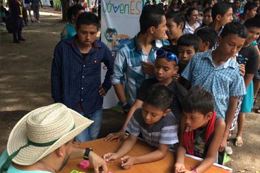 Un grupo de personas haciendo una fila para solicitar tickets