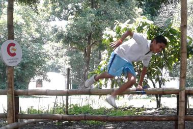 joven saltando un obstáculo