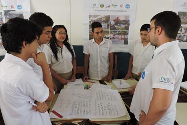 Grupo de jóvenes en el salón de clases