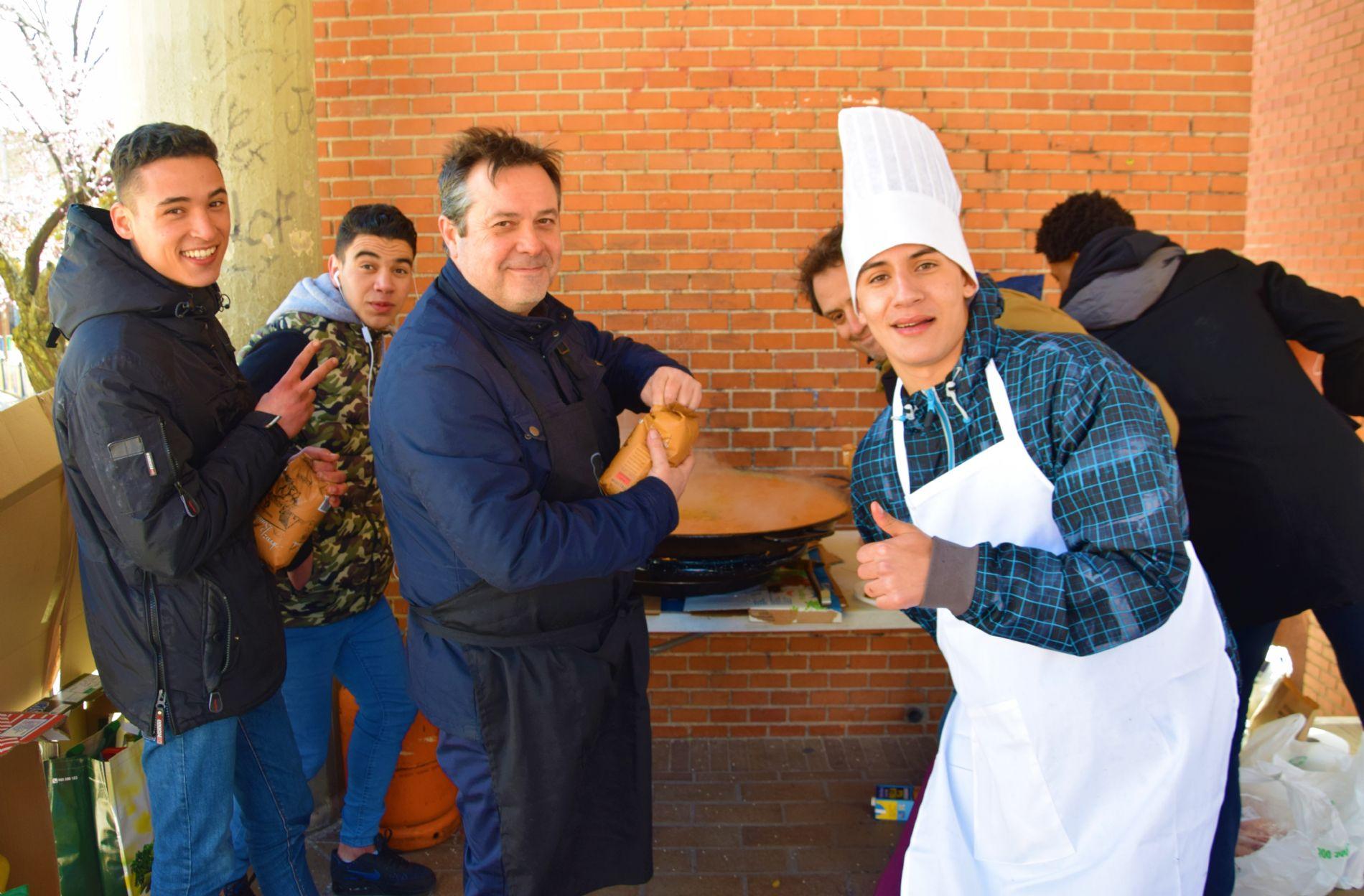 Los alumnos del curso de cocina junto con los del catering de CESAL