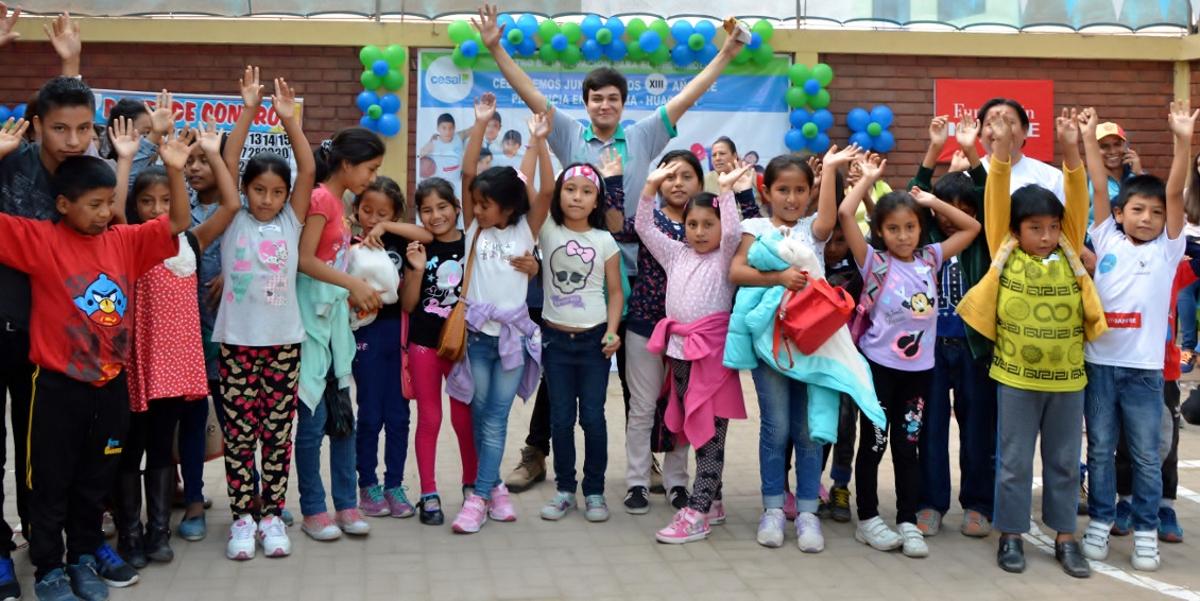 Niños de la escuela de música con maestro de la  PUCP