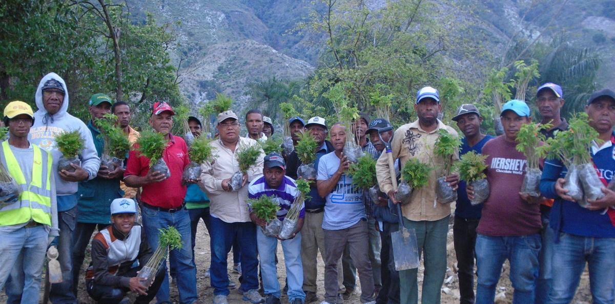 Comunitarios que participaron en la jornada de reforestación