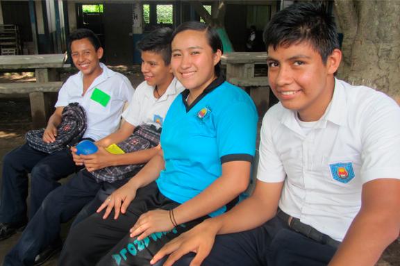 Jóvenes en una dinámica en El Salvador