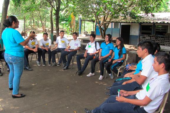Jóvenes participando en una dinámica en El Salvador