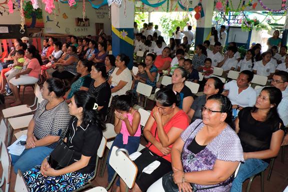 Padres y madres atendiendo una dinámica en El Salvador