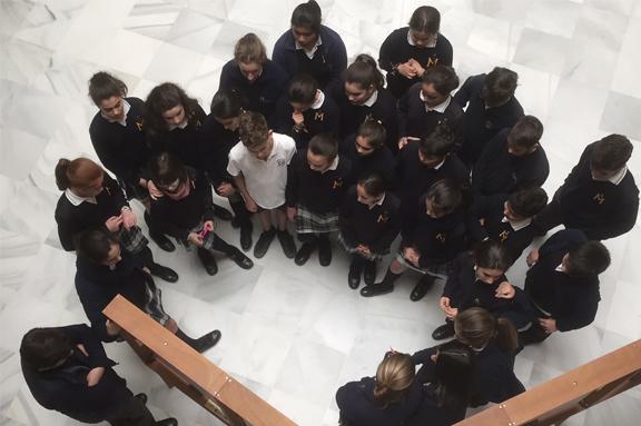 Alumnado visitando exposición Esto Es Educación