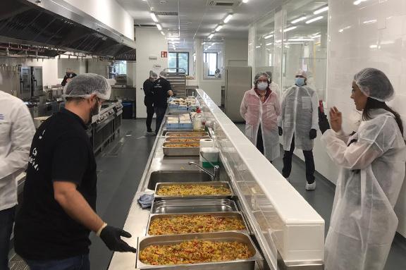 La ONG CESAL, World Central Kitchen, que dirige el chef José Andrés, y el Ayuntamiento de Madrid ponen en marcha las cocinas de la Escuela de Hostelería de Santa Eugenia para alimentar a 10.000 personas al día.